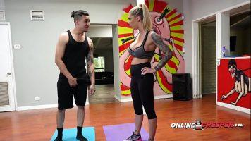 Intructorul ei de fitness ii propune sa se dezbrace si sa inceapa sa ii suga pula pana