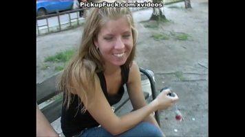 Pe banca in parc este combinata aceasta blonda simpatica cu funduletul foarte mic care