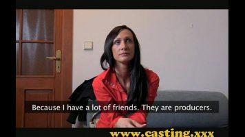 Bruneta foarte slabuta si ascultatoare care doreste sa participe la un casting pentru