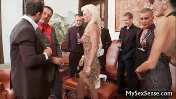 Partida de sex foarte intensa cu mai multi barbati bogati ce invita doua doamne inalte