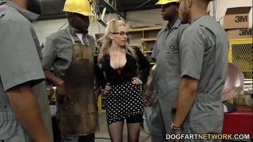 Tatele ei mari sunt pe placul acestor barbati cand o dezbraca si vad ca pot ejacula pe ei