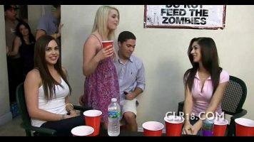 Dupa cateva pahare de alcool fete isi dau jos chilotii de pe ele si cauta pula pentru