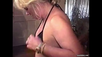 Blonda matura care isi da jos costumul de baie sa faca sex cu mai multi barbati