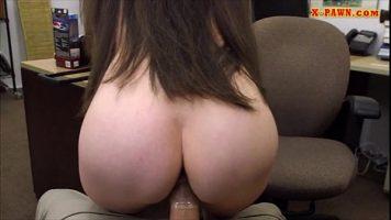 Bruneta cu bucile perfecte care doreste sa ii domine puletele sefului ei chiar la birou