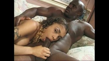 Femeie matura de culoare ce o suge si se fute foarte bine ambele in acelas timp
