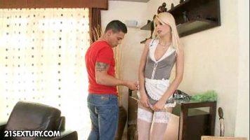 Studenta inalta si blonda cu sanii foarte mici care ar face orice pentru o mie de euro si