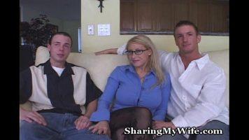 Blonda ochelarista matura cu sanii foarte mari care este fututa de doi barbati