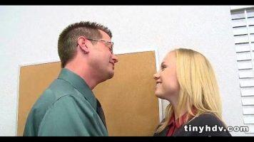 Blonda cu sanii mici care este dominata sexual de un coleg de la job care