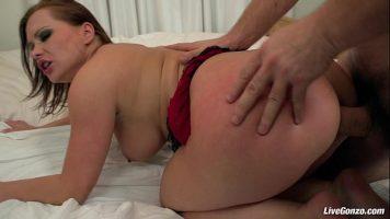 Fundul ei este foarte rosu si isi doreste sa fie futut doar in fund
