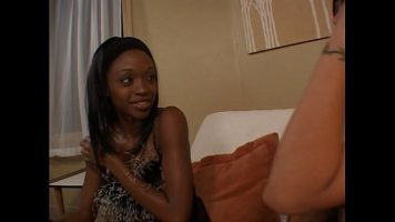 Femeie de culoare care primeste limbi la pizda de la o alta tarfa lesbianca cu pielea
