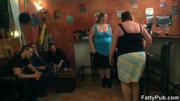 Se aduna foarte multe femei grase intr-o incapere unde se hotarasc care dintre