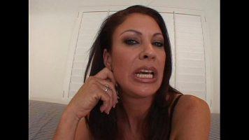Are buzele carnoase aceasta mama si adora momentul cand primeste limbi la pizda