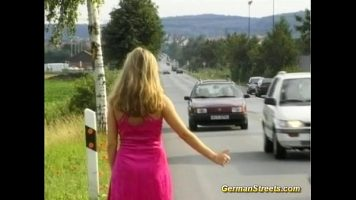 Este luata in masina cand face autostopul aceasta pizda blonda si ii cere
