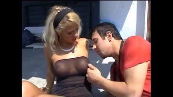 Ii da cateva palme peste buci acestei blonde frumoase si isi doreste sa