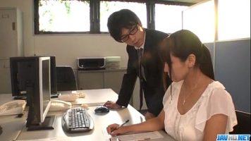 Trebuie sa isi ajute colega de birou la o lucrare dar acesta isi propune sa il suga