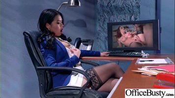 Asiatica plictisita de jobul ei de la birou isi scoate un dildo pe masa si