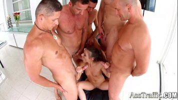 Un grup mare de barbati doresc sa isi faca de cap alaturi de o tanara frumoasa