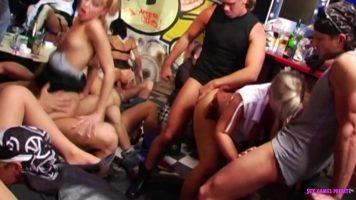 Sex in grup cu foarte multe fete frumoase de mai multe varste intr-un club de noapte