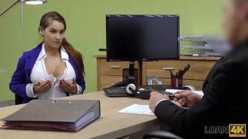 La interviurile de angajare acest barbat cere fetelor sa se dezbrace
