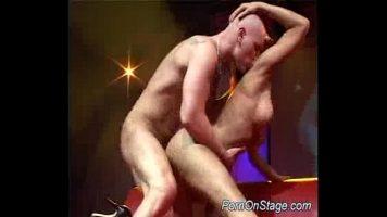 Este extrem de satisfacuta de serviciile sexuale pe care aceast barbat chelios i le ofera