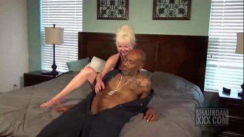 Freaca foarte senzual si incet pula unui negru matur o femeie batrana blonda cu care