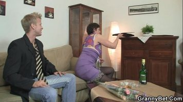 Femeie care a servit cateva pahare de tarie se lasa atinsa de un barbat mult mai tanar