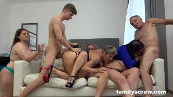 Orgie sexuala cu femei mature si cu baieti foarte tineri care isi fac de cap intr-un
