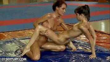 Jocuri sexuale intre doua lesbience care se intind pe o saltea plina de uleiuri