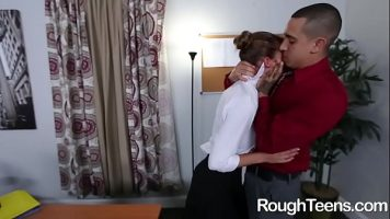 Plesneste pizda unei milfe care isi doreste sa fie dominata sexual de partenerul ei
