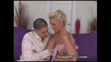 Femeie matura care este atinsa pe sani de catre un tip tanar