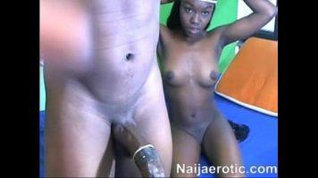 Fata de culoare cu sanii frumosi si epilata la pasarica