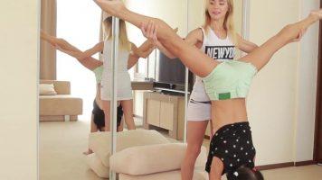 Balerine adolescente cu sanii foarte mici se privesc in oglinda