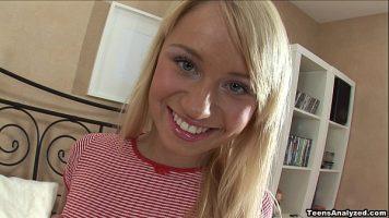 Fata blonda simpatica cu ochii albastri foarte buna de pula