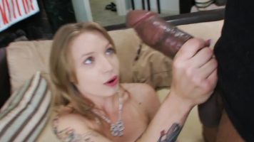 Tipa blonda ce face sex cu un barbat cu pula groasa