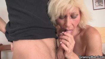 Tipa matura cu sanii lasati si cu parul blond face sex cu un baiat tanar