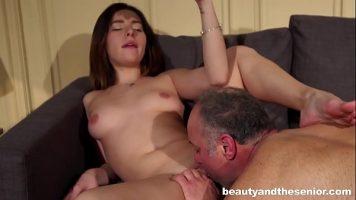 Fata matura care face sex cu un barbat batran ce ii baga limba in pizda