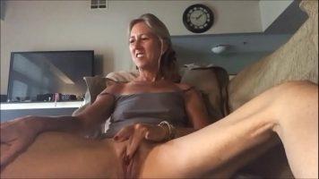 Tarfa blonda matura care ii place sa se masturbeze si sa fie privita