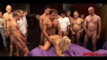 Tarfa penala blonda cu chef de sex este facuta posta de foarte multi barbati