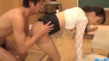 Tipa asiatica careia ii place sa o suga foarte incet si tandru unui barbat excit