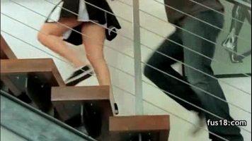 Fata care poarta o fusta scurta este fututa de un tip foarte dotata