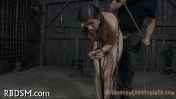 Tanara foarte slaba care este legata de maini si de picioare de un barbat