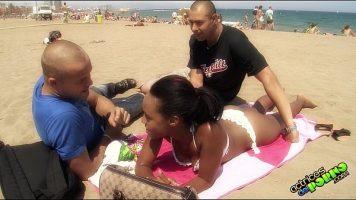 Doi americani ii propun unei negrese care sta la plaja si se bronzeaza
