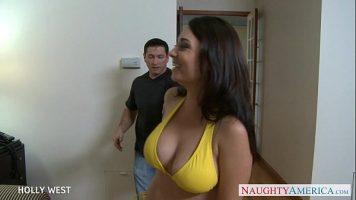 Tarfa cu sanii mari care face sex cu un barbat bine facut ce ii rupe pizda