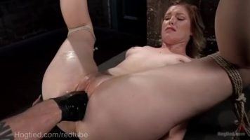 O mama legata de maini adora sa fie biciuita si masturbata in stil barbar