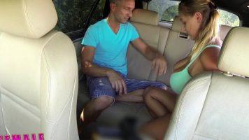 Curva cu un bust foarte mare face sex in taxiul ei