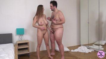 Femeie tanara foarte inalta si cu sanii enormi care ii place sa o suga