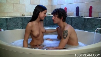 Adolescenta slaba care ii place sa o suga cand face baie cu bule dupa care
