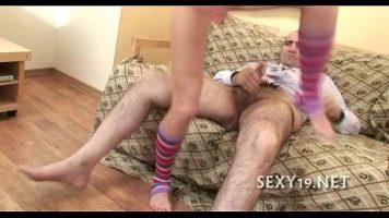 Tanara inalta si bruneta care se pune in genunchi si suge pula unui mosneag