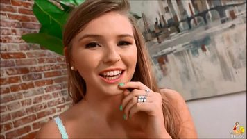 Adolescenta blonda cu inele pe degete si cu zambetul pe buze