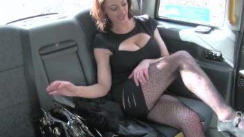 Panarama cu fusta scurta care ii place sa se plimbe cu taxiul si sa plateasca